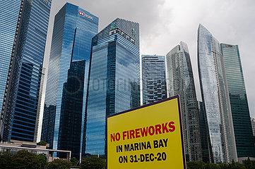 Singapur  Republik Singapur  Auf einem Schild steht 'Kein Feuerwerk in Marina Bay am 31-Dezember-2020'