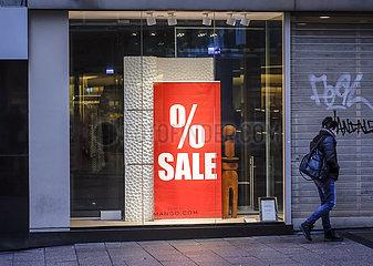 Sale im Schaufenster eines Modegeschaefts  Passant in der Essener Innenstadt in Zeiten der Coronapandemie zur Weihnachtszeit  Essen  Nordrhein-Westfalen  Deutschland