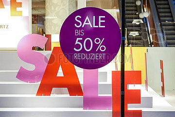Sale im Schaufenster eines Schuhgeschaefts  Essener Innenstadt in Zeiten der Coronapandemie zur Weihnachtszeit  Essen  Nordrhein-Westfalen  Deutschland