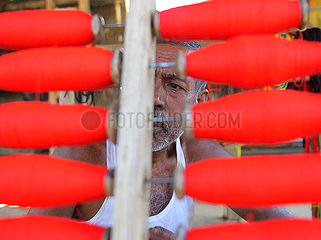 INDIEN-Agartala-MAKING OF traditionellen Stammes-KOSTüM INDIA-Agartala-MAKING OF TRIBAL COSTUME TRADITIONAL