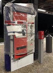 Berlin  Deutschland  gesprengter Fahrkartenautomat auf dem S-Bahnhof Attilastrasse ist durch die Polizei gesichert worden