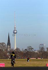 Berlin  Deutschland  Blick vom Tempelhofer Feld auf die Kirche am Suedstern  der Berliner Fernsehturm und das Hotel Park Inn