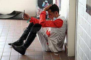 Hannover  Deutschland  Jockey Jose Luis Silverio schaut auf sein Smartphone