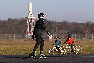 Berlin  Deutschland  Inline-Skater und Kinder auf Fahrraedern auf dem Tempelhofer Feld
