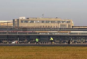 Berlin  Deutschland  Hangars des ehemaligen Flughafen Berlin-Tempelhof
