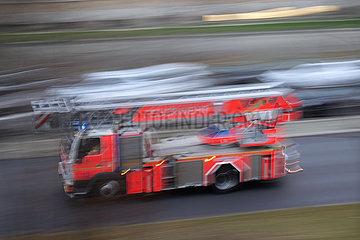 Berlin  Deutschland  Leiterwagen der Berliner Feuerwehr auf Einsatzfahrt