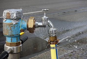 Berlin  Deutschland  Schlauchschelle an einem Wasserhahn ist undicht