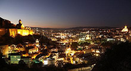 Tiflis  Georgien  Blick ueber die Stadt am Abend
