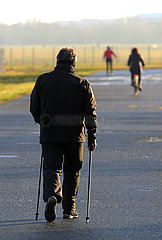 Berlin  Deutschland  Mann beim Nordic Walking