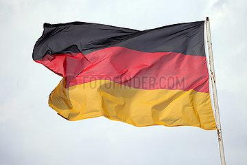 Hoppegarten  Deutschland  Nationalfahne von Deutschland weht im Wind