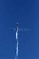 Berlin  Deutschland  Passagierflugzeug hinterlaesst Kondensstreifen am Himmel