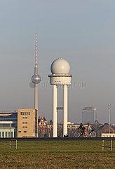 Berlin  Deutschland  Radarturm des ehemaligen Flughafen Berlin-Tempelhof. Im Hintergrund der Berliner Fernsehturm und das Hotel Park Inn
