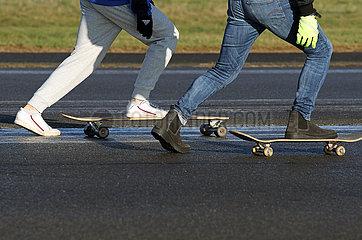 Berlin  Deutschland  Symbolfoto: Skateboard fahren auf Asphalt