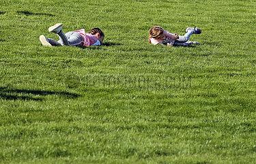 Hannover  Deutschland  kleine Maedchen rollen einen Grashang herunter