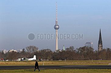 Berlin  Deutschland  Blick vom Tempelhofer Feld auf den Berliner Fernsehturm  das Hotel Park Inn und die Kirche am Suedstern