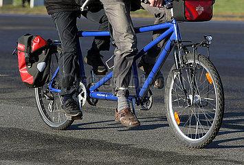 Berlin  Deutschland  Symbolfoto: Radfahren auf einem Tandem