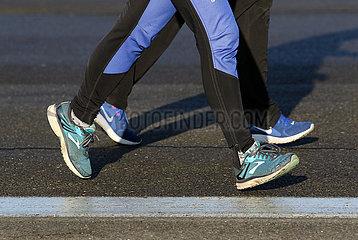 Berlin  Deutschland  Symbolfoto: Joggen auf Asphalt