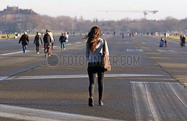 Berlin  Deutschland  Menschen auf dem Tempelhofer Feld