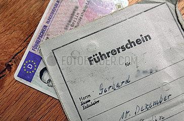 Berlin  Deutschland  alter und neuer Fuehrerschein liegen uebereinander