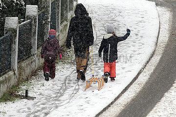 Berlin  Deutschland  Maedchen freut sich auf das Schlittenfahren nach dem ersten Schneefall des Jahres