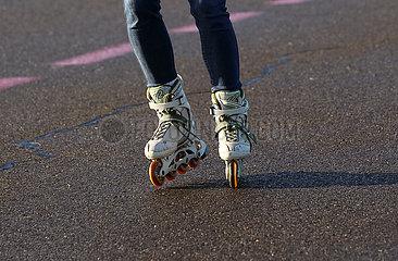 Berlin  Deutschland  Symbolfoto: Inline Skaten auf Asphalt