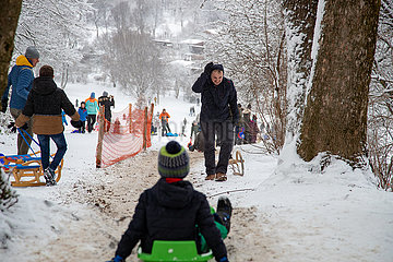 Schnee in München: Massen roldeln im Luitpoldpark