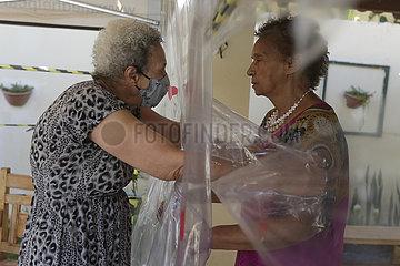 BRASILIEN-BRASILIEN-COVID-19-PFLEGEHEIM-SAFE HUG VORHANGES