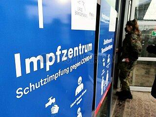 Bundeswehr-Soldatin an Impfzentrum