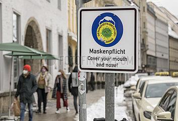 Maskenpflicht in der Muenchener Innenstadt  Aufkleber Coronaleugner  Schild  Januar 2021