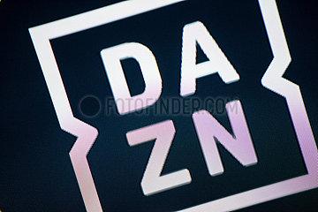 Logo des Streamingdienstes DAZN auf einem Bildschirm