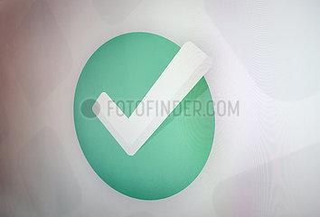 Symbolischer Haken auf einem Bildschirm  Internet
