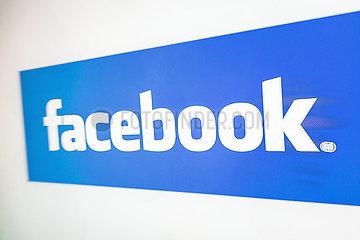 facebook-Logo auf einem Bildschirm