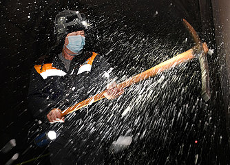 CHINA-HENAN-RAILWAY TUNNEL-ICICLE-CLEARING (CN)