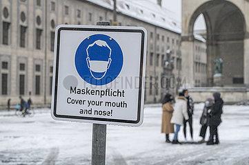 Maskenpflicht in der Innenstadt von Muenchen  Schild  Januar 2021
