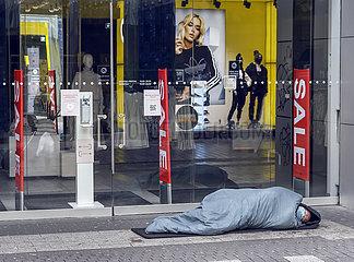 Lockdown  Obdachloser in der Innenstadt  Koeln  Nordrhein-Westfalen  Deutschland