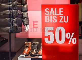 Sale im Schaufenster eines Modegeschaefts  Innenstadt in Zeiten der Coronapandemie  Koeln  Nordrhein-Westfalen  Deutschland