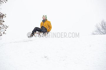 Unbedachter Schneespaß ohne Abstände und Masken inmitten der Pandemie