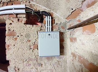 Hausanschluss mit Telefonleitungen