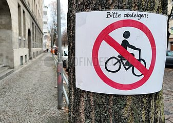 Selbstgemaltes Verbotsschild fuer Fahrradfahrer