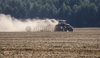Staubtrockene Felder  Einbringen von Guelle  Oberlausitz  Sachsen  Deutschland