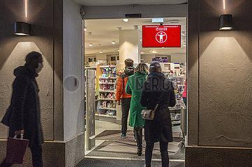 Eingangskontrolle  DM Filiale  abends  waehrend hartem Lockdown  Muenchen  19.12.2020