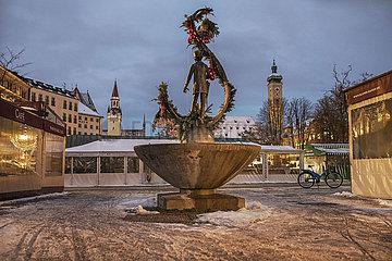 Karl Valentin Brunnen  Viktualienmarkt  waehrend hartem Lockdown  Muenchen  18. Januar 2021
