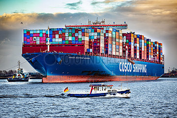 Containerschiff Cosco Shipping Scorpio auf der Elbe