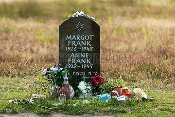 Deutschland  Lohheide - Gedenkstaette Bergen-Belsen  symbolisches Grab von Anne Frank und ihrer aelteren Schwester Margot auf dem historischen Lagergelaende
