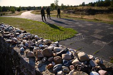 Deutschland  Lohheide - Gedenkstaette Bergen-Belsen  Massengrab von 1945 mit 2500 Toten  darauf Steine zum Gedenken  platziert von juedischen Besuchern