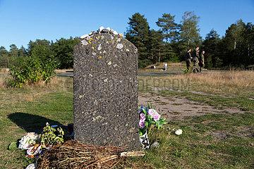 Deutschland  Lohheide - Gedenkstaette Bergen-Belsen  symbolisches juedisches Grab  Bundeswehrsoldaten besichtigen das ehemalige Lagergelaende