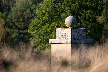 Deutschland  Lohheide - Gedenkstaette Bergen-Belsen  symbolischer Grabstein fuer die ueber 30.000 juedischen Opfer  errichtet vom Juedischen Zentralkomittee der Britischem Zone fuer ersten Jahrestag der Befreiung 15.4.1946