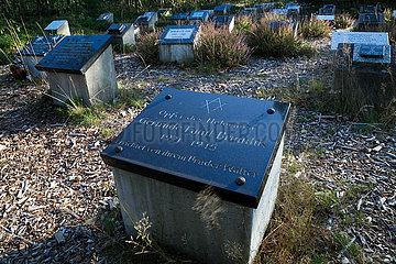 Deutschland  Lohheide - Gedenkstaette Bergen-Belsen  symbolische Graeber zum Gedenken an Opfer des Lagers  hier errichtet fuer eine juedische Deutsche von ihrem Bruder