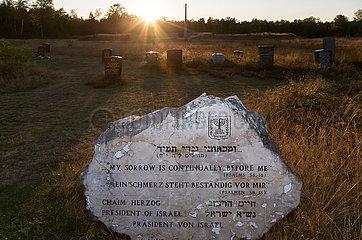 Deutschland  Lohheide - Gedenkstaette Bergen-Belsen  Gedenkstein des israelischen Praesidenten Chaim Herzog auf dem historischen Lagergelaende