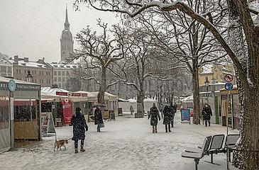 Viktualienmarkt bei Schneefall  waehrend Lockdown  Muenchen  25.01.2021